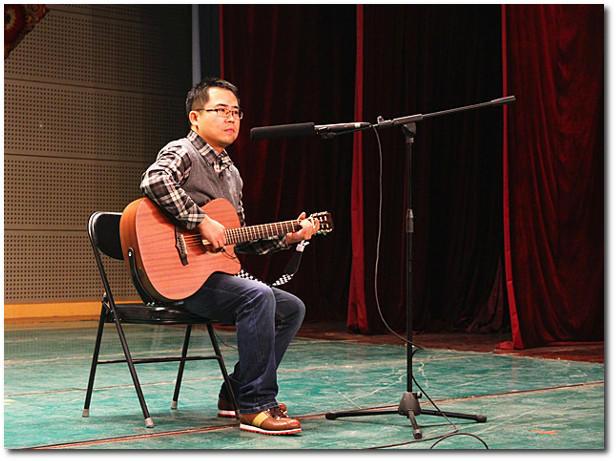 4,吉他弹唱《外面的世界》           表演:彭智发(东城经济支部)